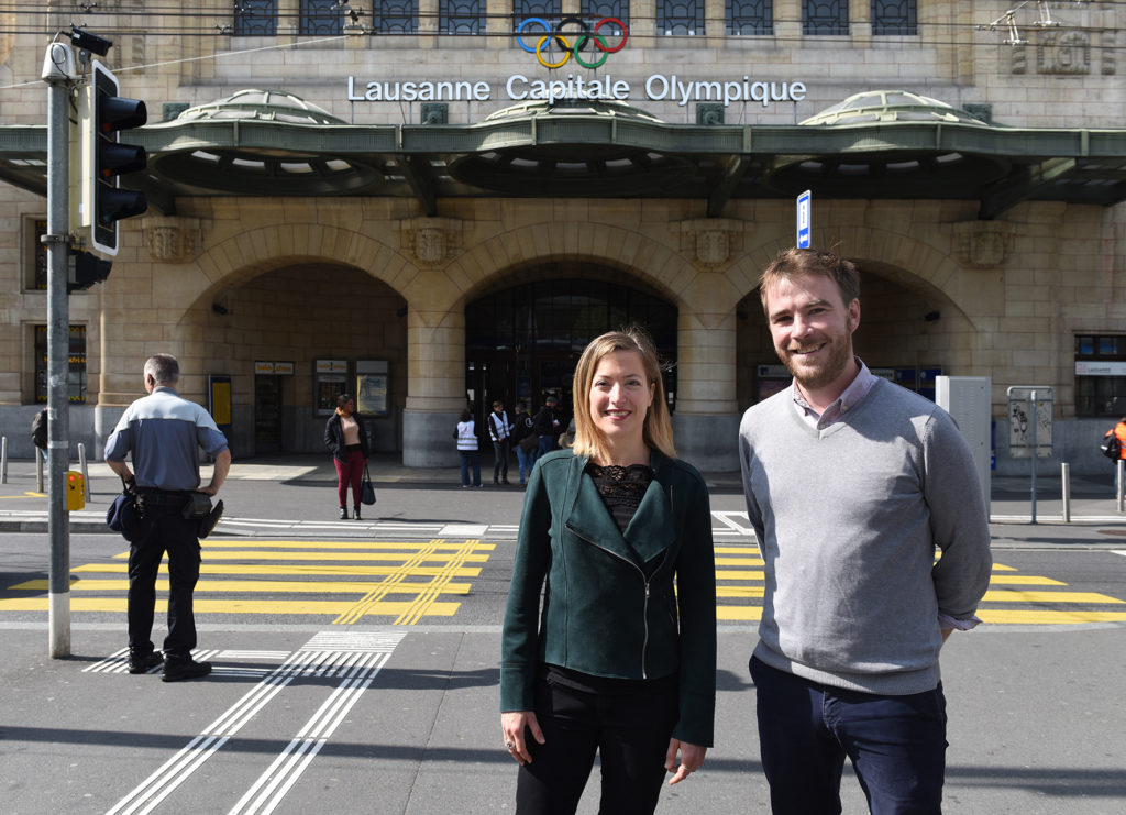 Portrait d'Emilie Deladoey et Jean Roche devant la gare de Lausanne
