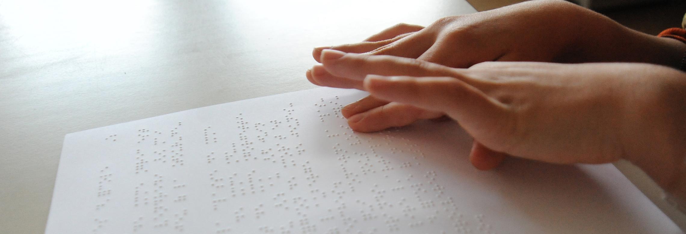 Image d'un enfant lisant du braille
