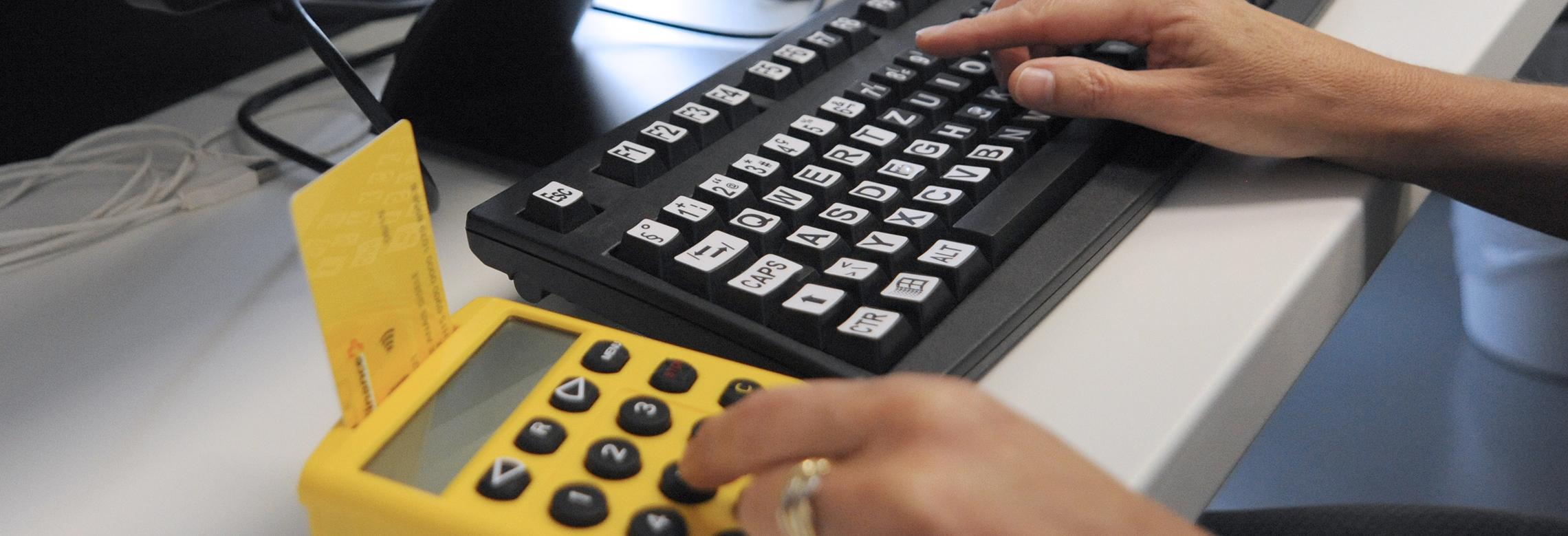 Image d'un appareil eFinance avec des touches agrandies pour les personnes malvoyantes