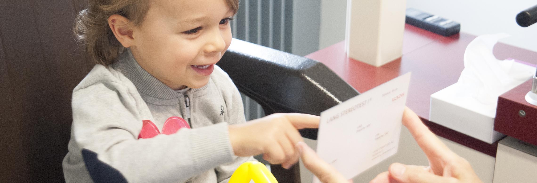 Un enfant examiné lors de la journée de dépistage gratuit