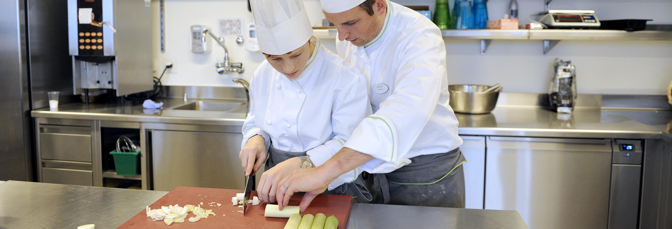 Image d'une apprentie malvoyante en cuisine