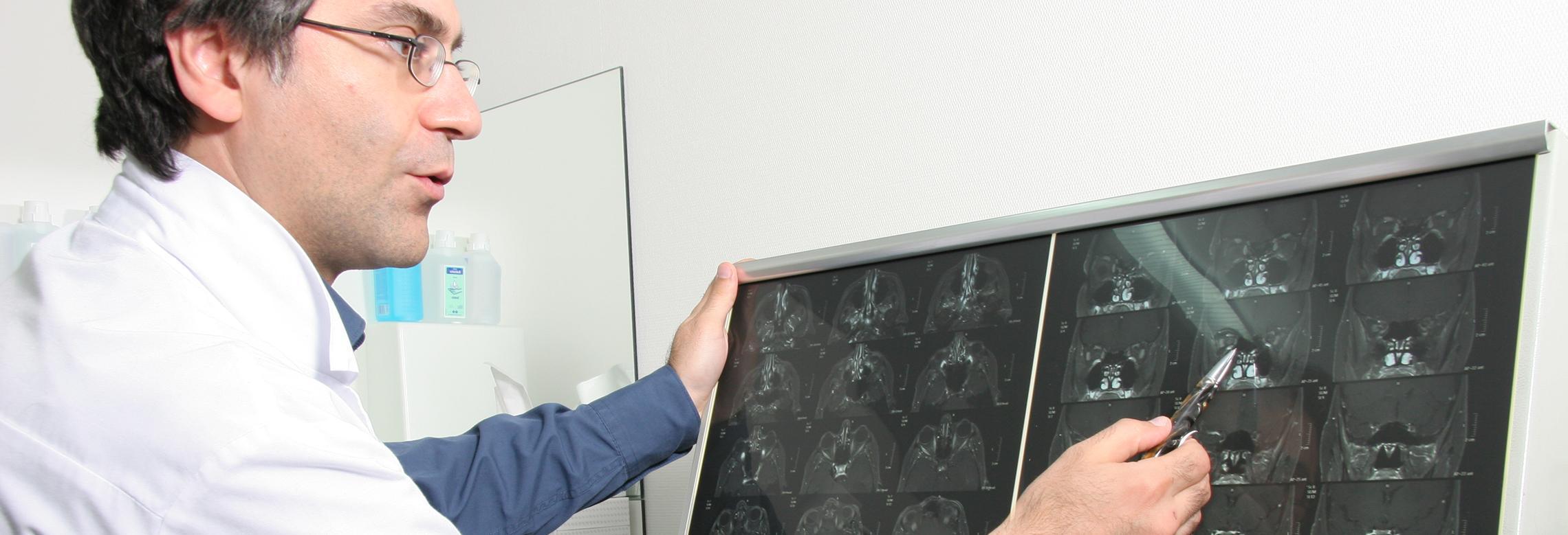 Image d'un médecin analyse des IRM