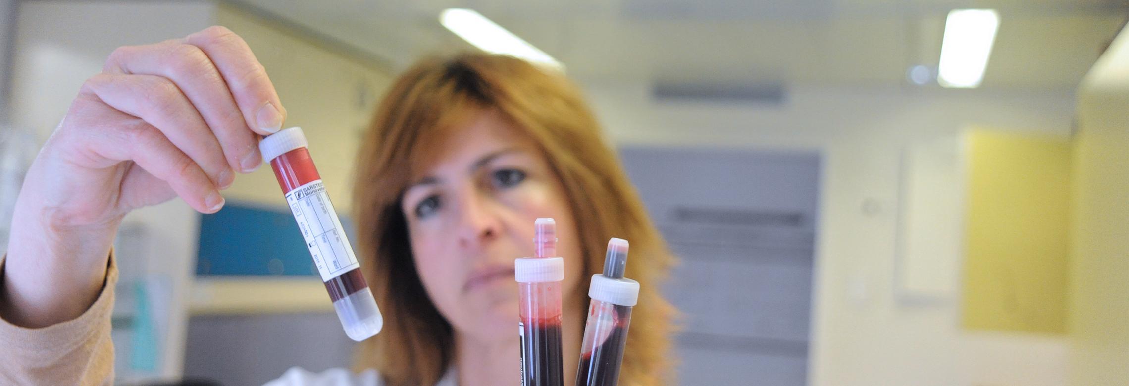 Image d'une technicienne de laboratoire travaille sur des échantillons