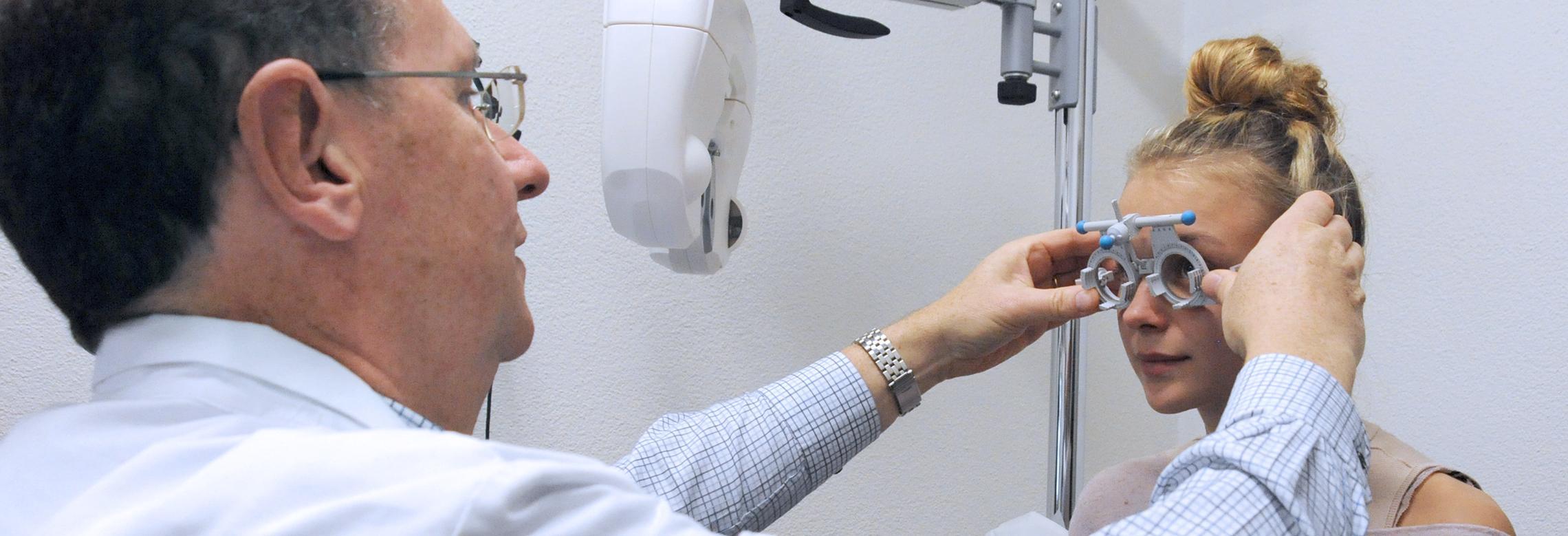 Image d'un optométriste en consultation avec une patiente