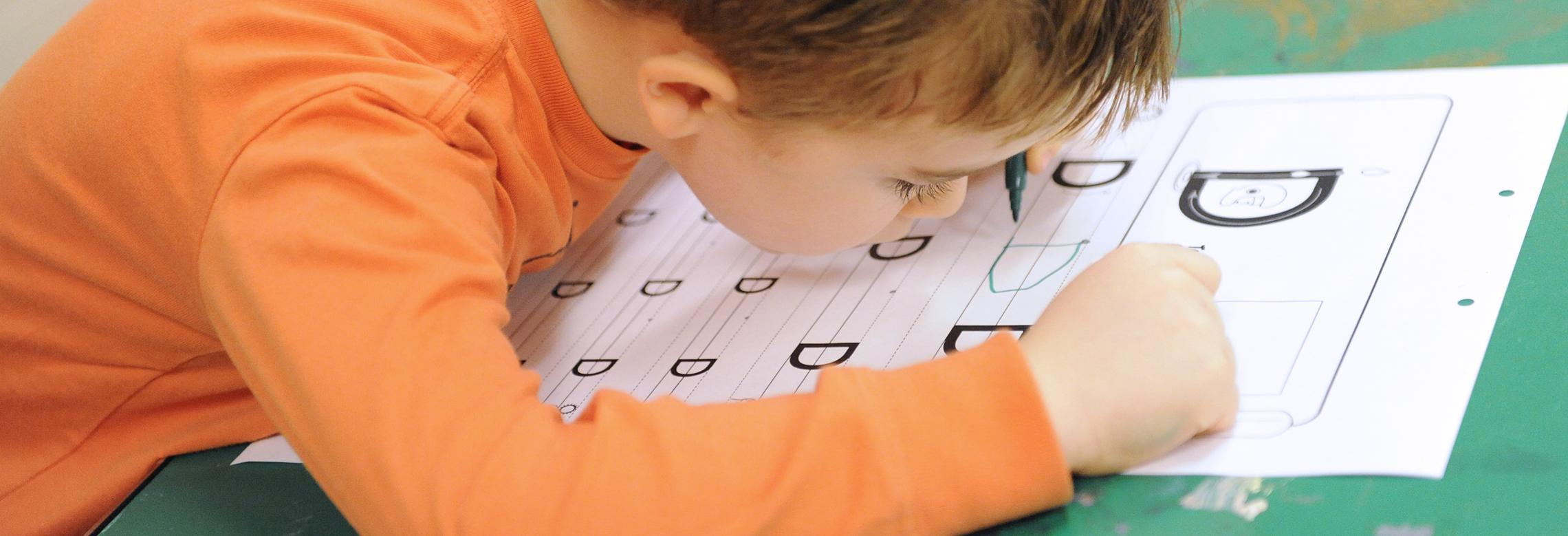 Image d'enfant en train d'écrire