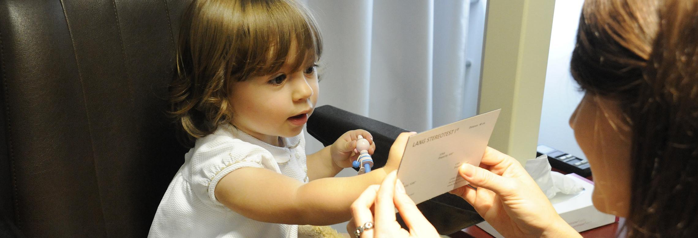 Image d'un enfant durant un test de vision