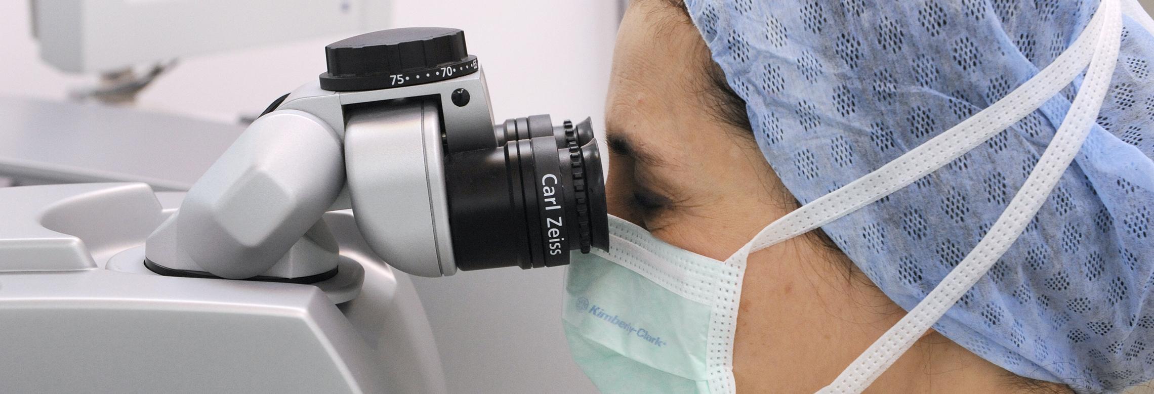 médecin qui effectue une chirurgie réfractive avec un laser