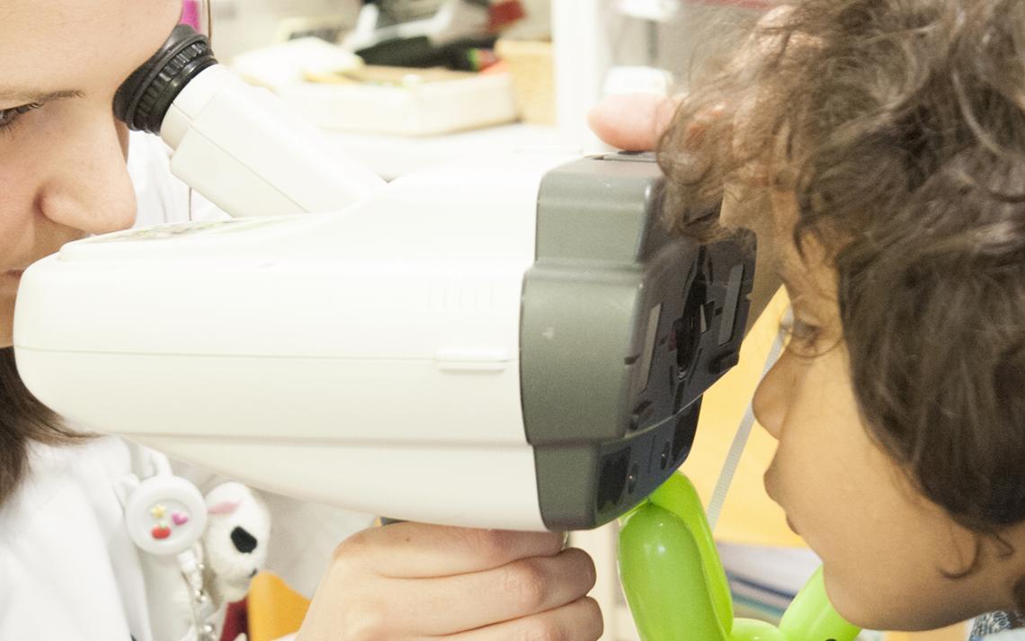 Une optométriste et un enfant durant un test de vision